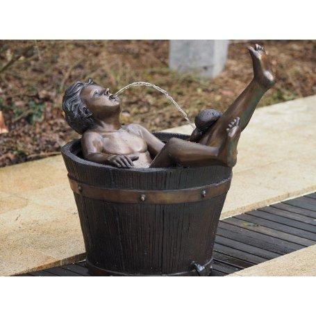 """Pronssinen vesiaihe """"Poika kylpyammeessa"""""""