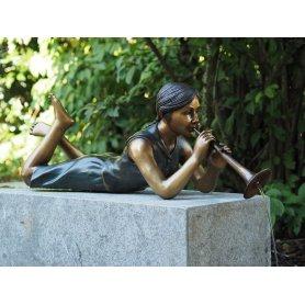 Pronssinen allaskoriste patsas Trumpettityttö