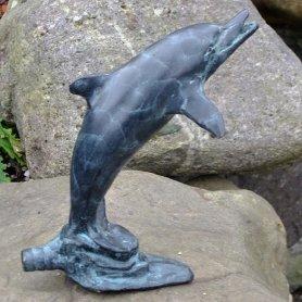 Pronssinen allaskoriste patsas Delfiinin poikanen