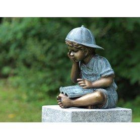 """Pronssinen patsas """"Läksyjä lukemassa"""""""