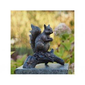 """Pronssinen Orava patsas """"Tiku"""""""