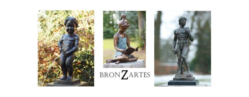 Pronssiset figuuri patsaat. Pronssi on kestävä ja myös säänkestävä materiaali, joten figuurit ja ihmishahmot sekä objektit tai patsaat on mahdollista sijoittaa ulos puutarhaan tai sään ympäröimäksi.