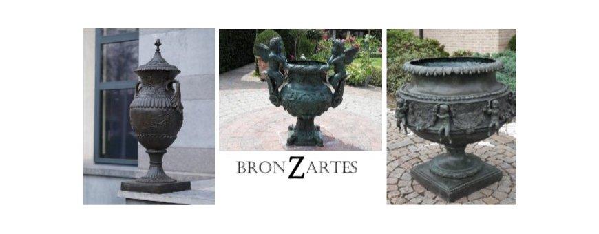 Pronssiset Uurnat, Modernit ja Klassikko patsaat. Pronssi on kestävä ja myös säänkestävä materiaali, kestää myös pakkasta.
